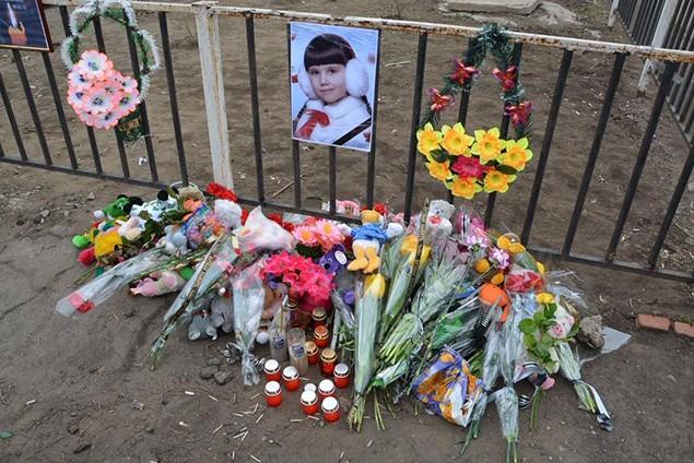 В Константиновке проходит митинг в память об убитой силовиками Полине