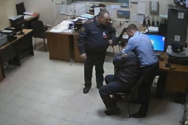 Пермского полицейского уволили за драку в отделении
