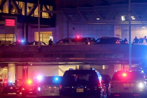 Напавший на полицейских в аэропорту Нового Орлеана скончался от ранений