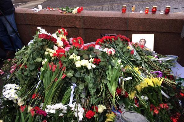 В сети появилось видео, на котором неизвестные спешно убирают место гибели Немцова