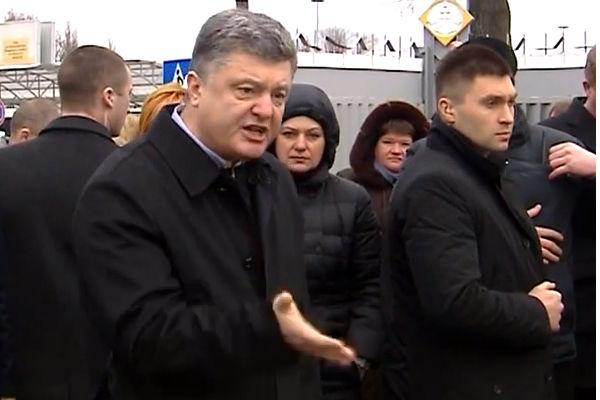 Порошенко пригрозил расправой уволенным сотрудникам аэропорта
