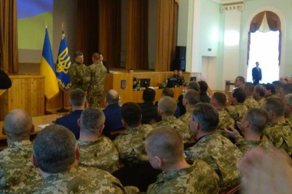 На встрече Порошенко с комбатами произошел курьез с генералом армии США