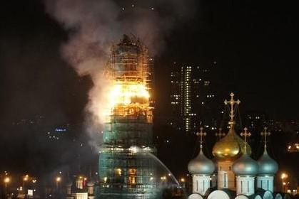 Колокольня Новодевичьего монастыря охвачена огнем