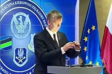 Польский министр обороны перепутал лампу с микрофоном