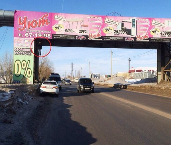 Мужчина повесился на мосту под рекламой магазина