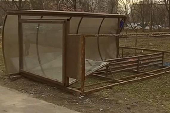 В Москве на пенсионерку упала автобусная остановка