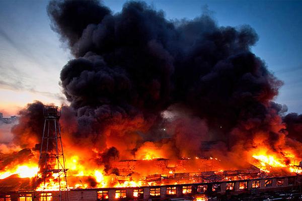 Мощнейшим пламенем окутано здание с биотопливом во Флориде