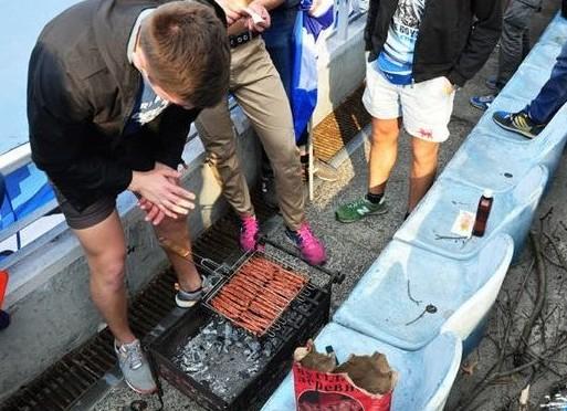 Киевские футбольные фанаты устроили барбекю на стадионе во время матча