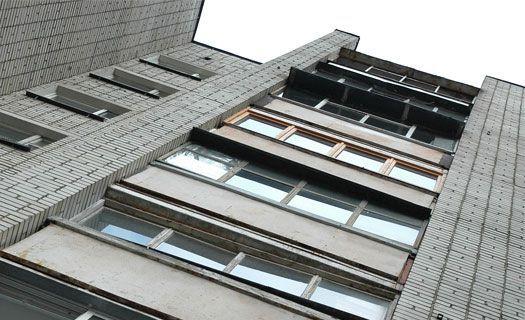 15-летняя девочка выжила, выбросившись из окна 10-го этажа