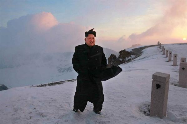Ким Чен Ын покорил самую высокую гору КНДР в туфлях и пальто