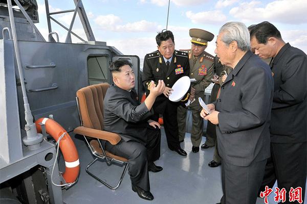 Ким Чен Ын устроил совместную фотосессию с учеными