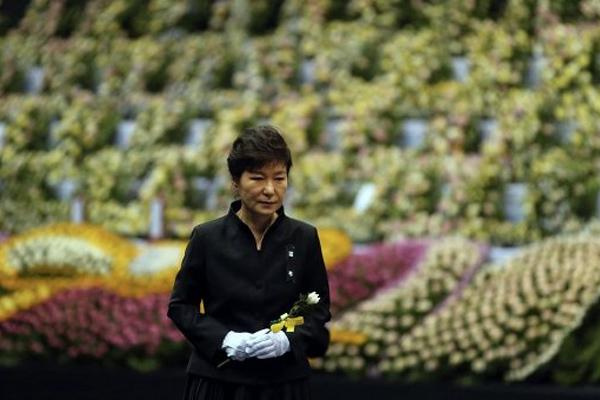 Президент Южной Кореи Пак Кын Хе дала указ поднять затонувший
