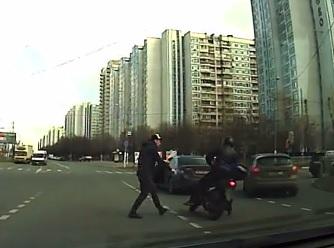 Водитель Honda избил скутериста посреди дороги в Москве