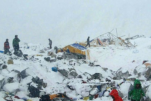 При сходе лавин на Эвересте погибли уже 18 альпинистов