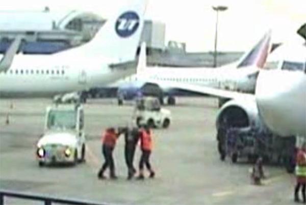 Сотрудники Внуково подрались на стоянке самолетов на глазах пассажиров