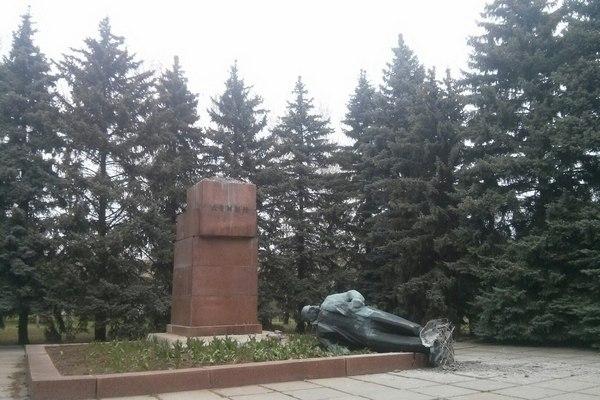 В Харькове за ночь разрушили сразу два памятника Ленину