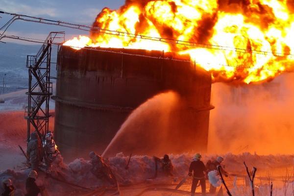 При взрыве резервуара и горении нефти в ЯНАО погибли люди