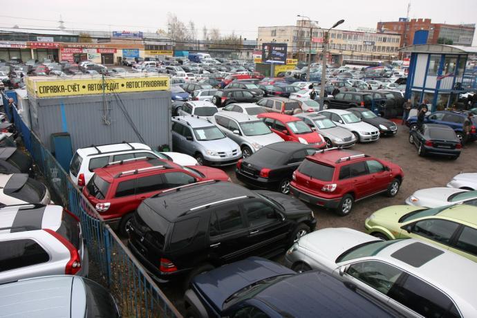 Уровень продаж автомобилей упал в марте почти наполовину