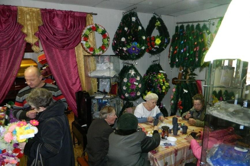 В Екатеринбурге для ветеранов накрыли праздничный стол среди гробов и венков