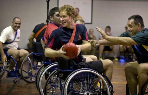 Принц Гарри сыграл в футбол в инвалидном кресле