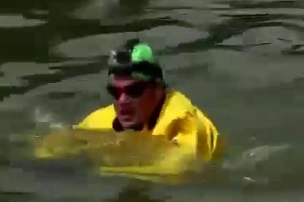 Попытка переплыть самый грязный в мире канал провалилась