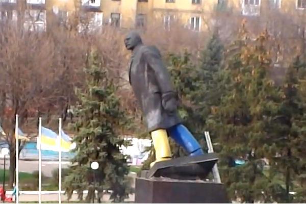 Националисты завалили в Донбассе огромного Ленина