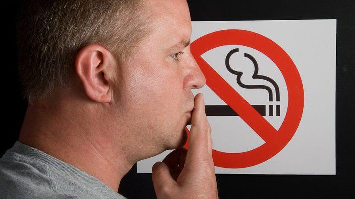 Курильщикам урежут зарплату