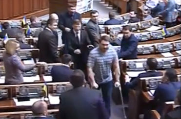 Депутат на костылях устроил драку в Верховной Раде