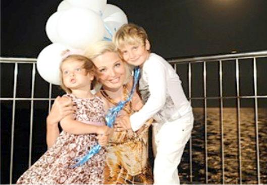 Елена Максакова с сыном Ильей и дочкой Людой (фото 2011 года)