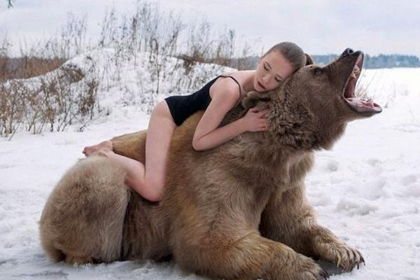 Сексуальная фотосессия русских девушек с медведем шокировала англичан