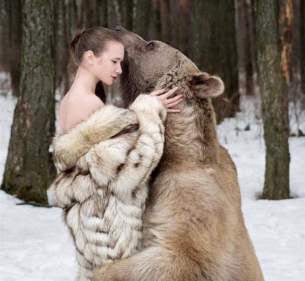 Секс с девушкой на медведе