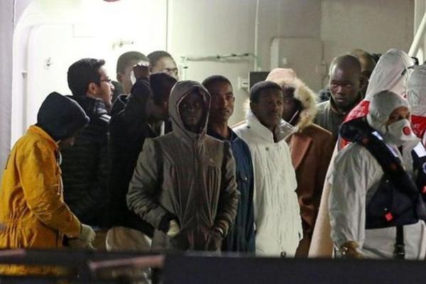 Капитана и штурмана затонувшего судна с мигрантами задержала полиция Италии