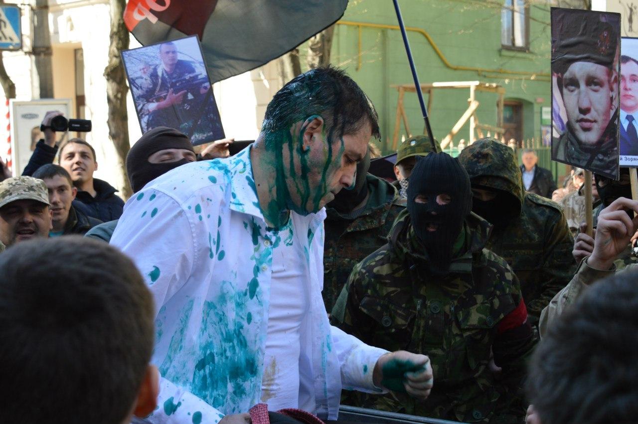 Правосеки засунули в мусорный бак и облили зеленкой главу юстиции Ивано-Франковска