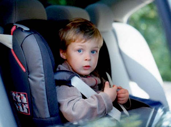 Автовладельцам запретят оставлять в машине детей без присмотра