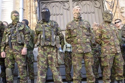 Батальон ОУН покидает Пески, но часть бойцов не хотят сдавать оружие