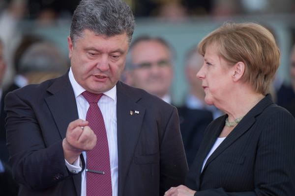 Порошенко пожаловался Меркель на новые бои под Донецком