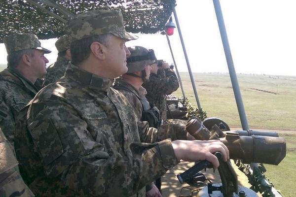 Порошенко взобрался на броневик для руководства наступлением украинской армии