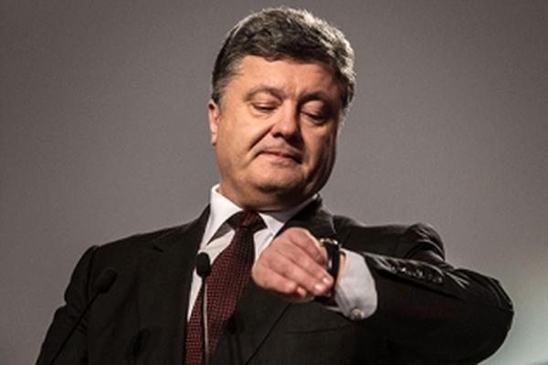 Порошенко принялся награждать украинцев часами Януковича
