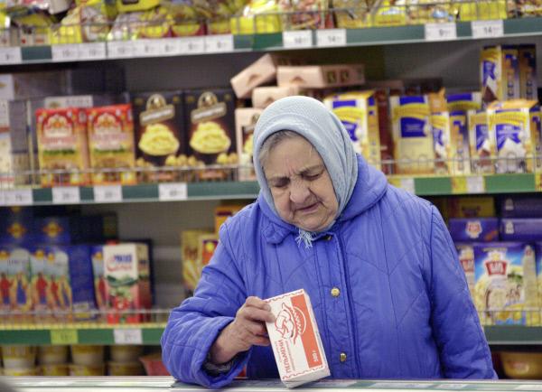 «Купить лекарства или поесть»: государство будет помогать россиянам едой