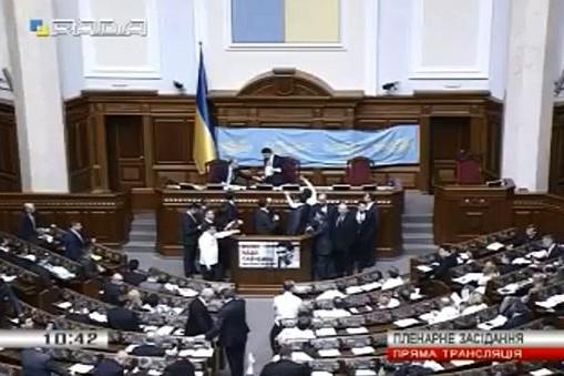 Нардепы блокируют трибуну в Верховной Раде, требуя отставки Яценюка