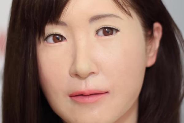 Вежливая женщина-робот появилась в центральном универмаге Токио