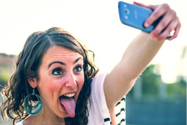 Ученые выяснили: женщинам для счастья нужно на два селфи больше, чем мужчинам