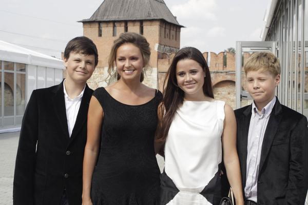 Супруга Владимира Груздева Ольга с тремя старшими детьми