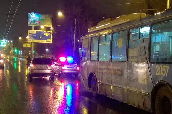 В Уфе водителя троллейбуса переехали два автомобиля