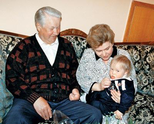 Маленький Глеб с бабушкой и дедушкой