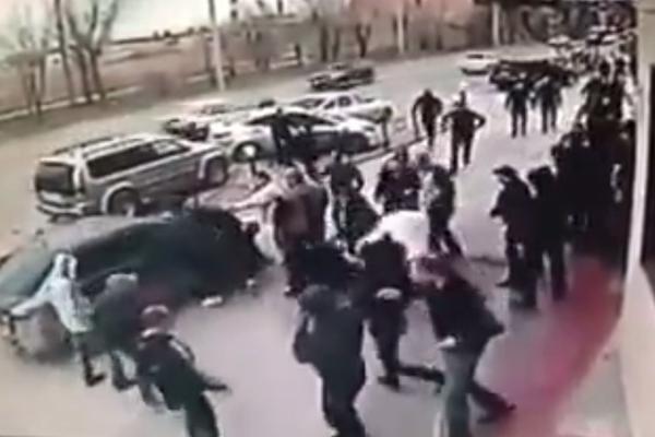 Массовая драка и взрыв у кафе в Волжском попали на камеры наблюдения