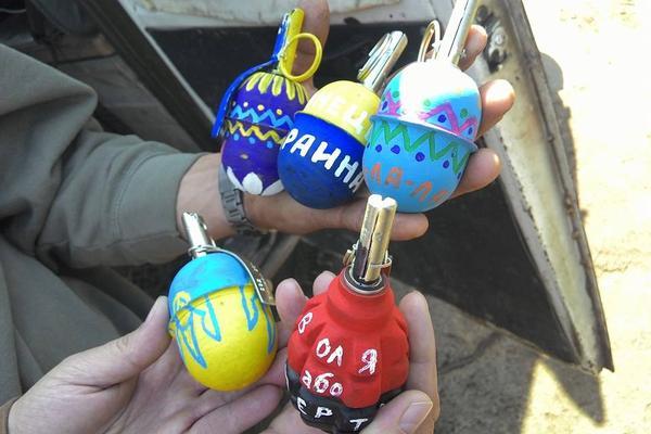 Украинские боевики раскрасили «пасхальные гранаты»