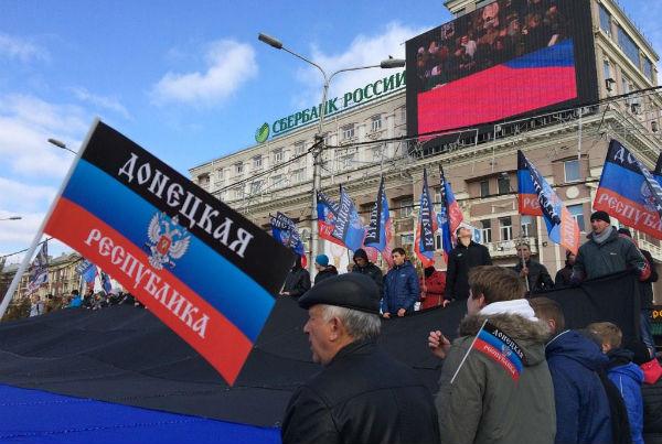 В Донецке начался парад в честь годовщины проведения референдума