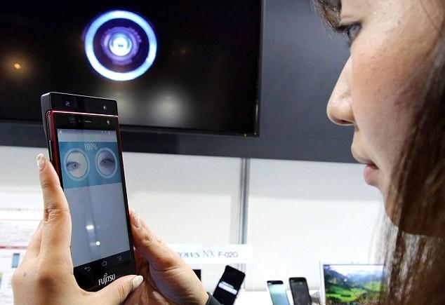 Японцы выпустили смартфон, включающийся с помощью взгляда