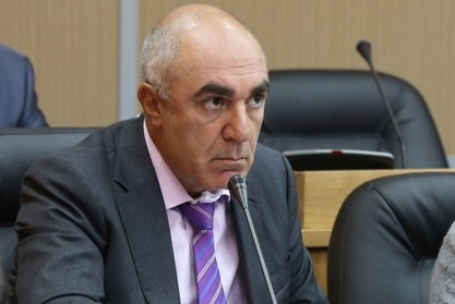 Больной приморский депутат, наехавший на первомайскую демонстрацию, улетел за границу